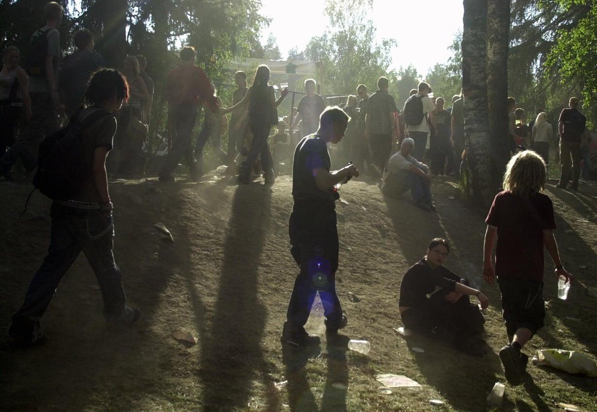 Nuoret kännäävät festareilla. Kuva: Tuomas Selänne