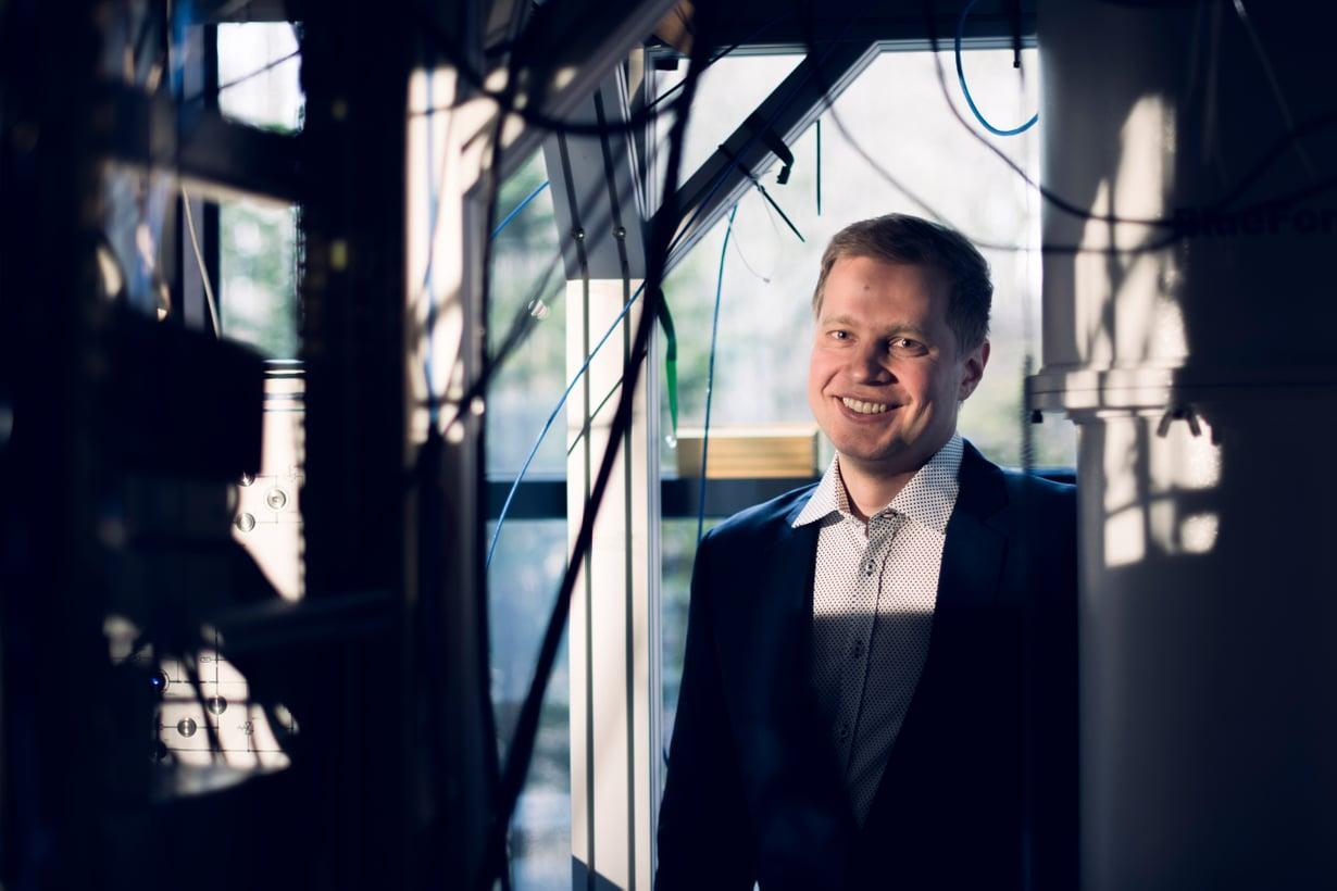 Tutkijat itsekään eivät vielä osaa selittää kaikkea. Ihmeteltiin aikoinaan sähköäkin, mutta nyt käytämme tietokoneita, Mikko Möttönen vertaa. Kuva: Teemu Kuusimurto