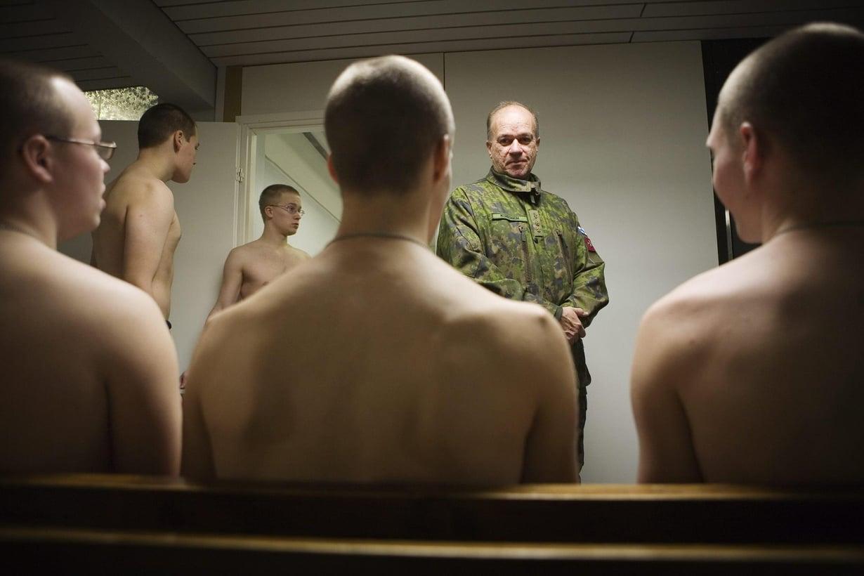 Varusmiehet odottavat terveystarkastukseen. Kuva: Vesa-Matti Väärä