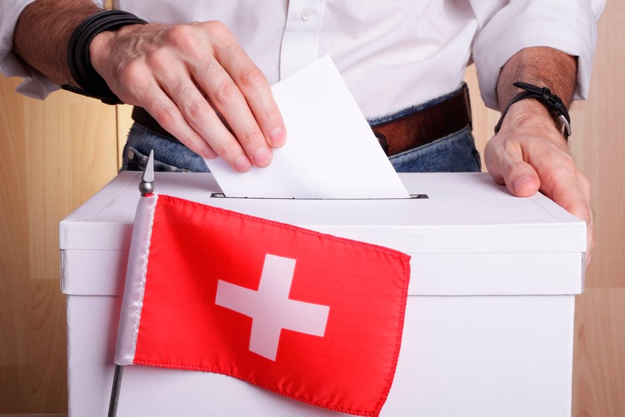 Sveitsiläiset sanovat sanansa niin valtakunnallisista kuin paikallisista asioista.  Kansanäänestyksiä järjestetään muutamia vuodessa. Kuva: iStock