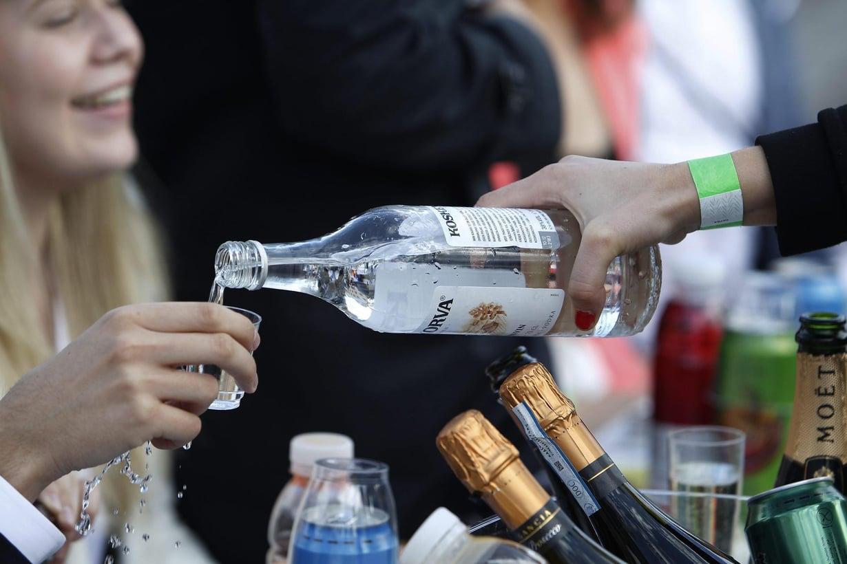 Opiskelijoiden juhlissa Senaatintorilla juotiin ja laulettiin juomalauluja. Kuva: Christian Westerback