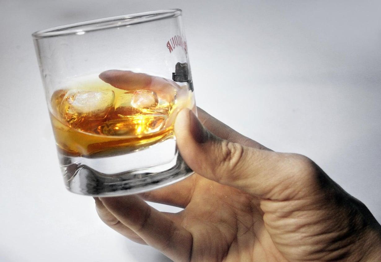 Neljään senttilitraan viskiä on hyvä lisätä pari senttilitraa vettä. Kuva: Kimmo Taskinen