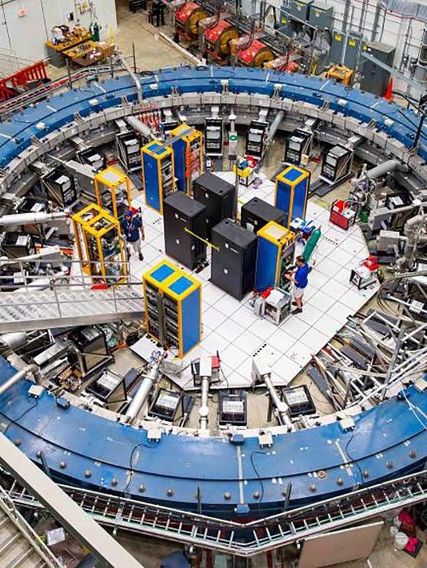 """Fermilabin tutkimus tehtiin samalla kiihdyttimellä kuin Brookhavenin tutkimukset 20 vuotta aiemmin. Halkaisijaltaan 15-metrinen kiihdytinrengas kuljetettiin koetta varten yli 5000 kilometriä New Yorkista Iowaan. Kuva: <span class=""""photographer"""">Reidar Hahn/Fermilab</span>"""