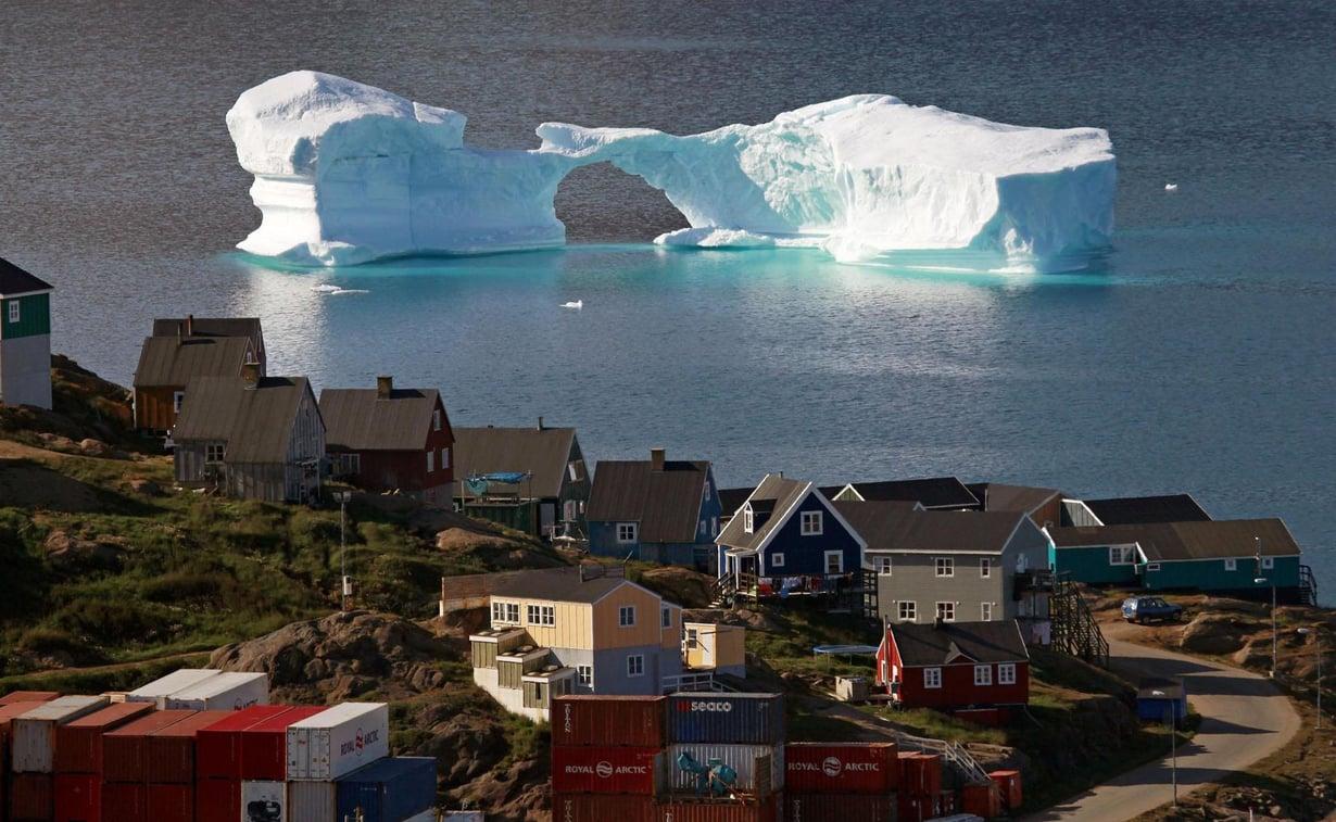 Jäävuori ajelehti Kulusukin kaupungin sataman ohi Grönlannissa elokuussa 2009. Maapallon pohjoiset alueet lämpenevät kaksi kertaa nopeammin kuin muu maapallo. Kuva: Bob Strong / Reuters