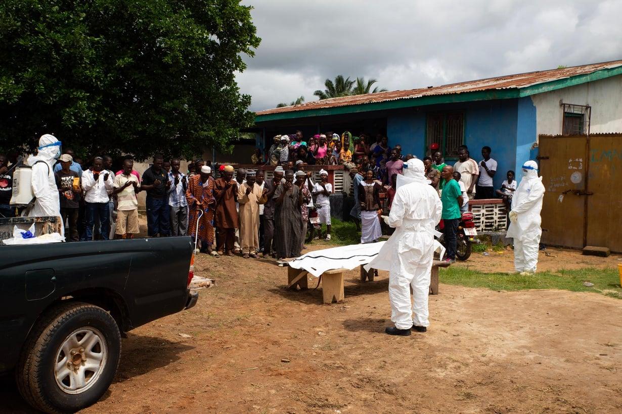 Sierraleonelaisessa kylässä valmistauduttiin ebolaan kuolleen hautajaisiin vuonna 2015. Kuva: Shutterstock