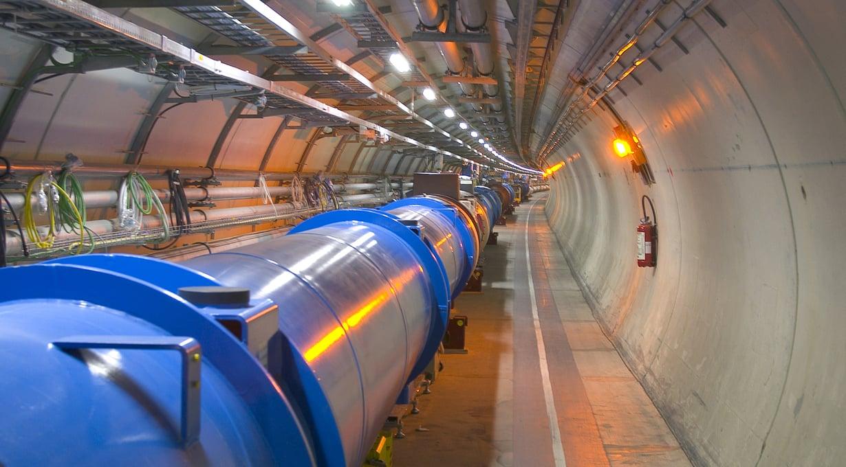 LHC-kiihdyttimen sisällä on tyhjiö.