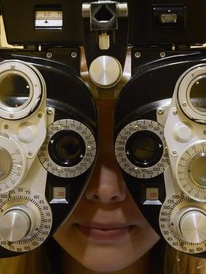"""Näöntarkastusta optikolla. Kuva: <span class=""""photographer"""">Vesa Moilanen / Lehtikuva</span>"""