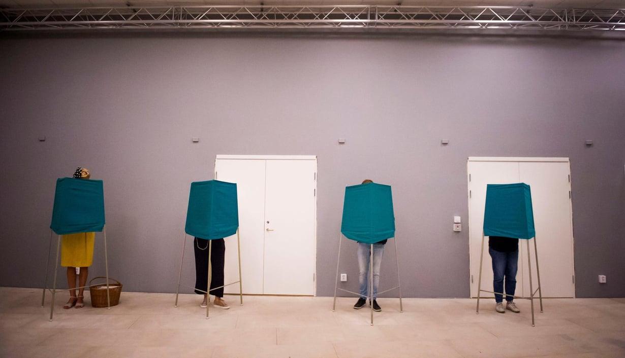 Ruotsissa puolueiden kannattajat eroavat sen suhteen, miten tekosyvällisyydet uppoavat heihin. Kuva: Reuters/ Hanna Franzen / TT