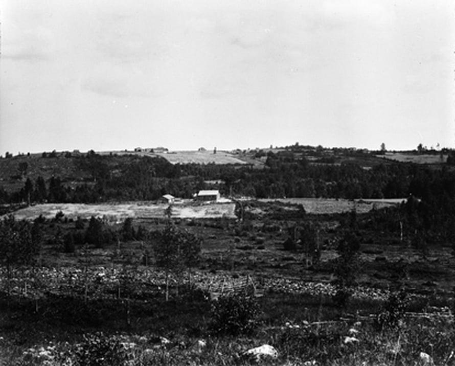 """Heinävedellä vuonna 1912 lähes paljaaksi hakattu maisema kasvaa nykyisin metsää. Kuva: <span class=""""photographer"""">Finnish Forest Research Institute.</span>"""