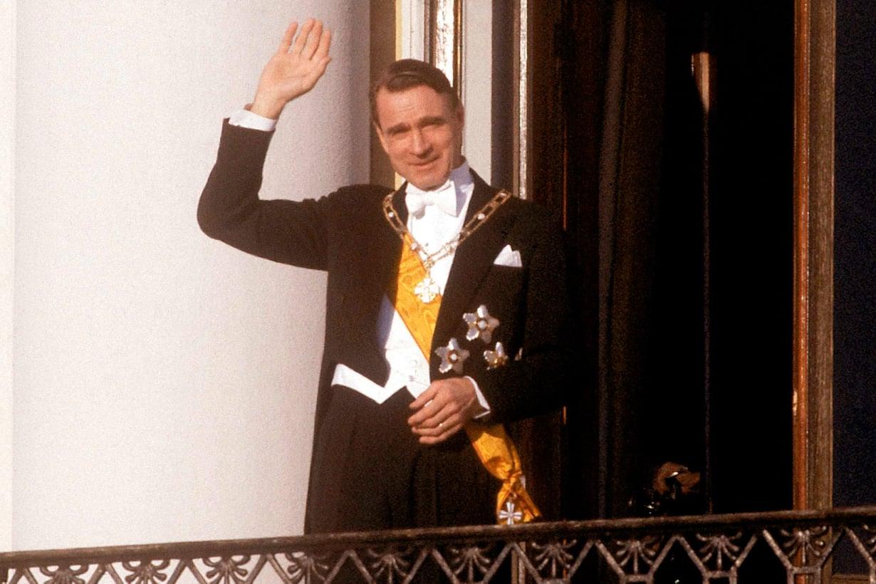 27.1.1982 Mauno Koivisto tervehtii kansaa Presidentinlinnan parvekkeelta. Hän nousi valtakunnan huipulle kaikkien aikojen vilkkaimmissa vaaleissa. Kuva: Lehtikuva