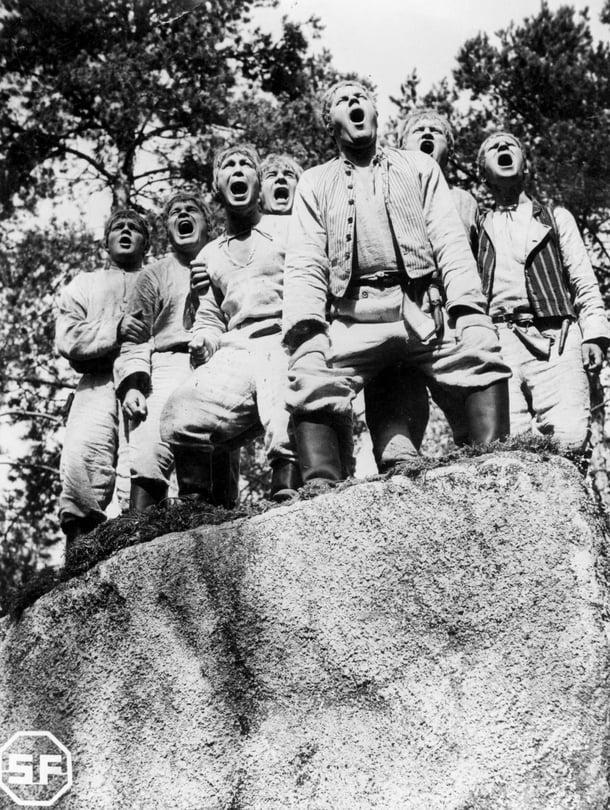 """Monta poikaa tai tyttöä samassa perheessä kertoo tutkijan mukaan onnekkaasta sattumasta, ei perimästä. Kuva on Wilho Ilmarin ohjaamasta Seitsemän veljestä -elokuvasta vuodelta 1939. Kuva: <span class=""""photographer"""">YLE TV 2</span>"""