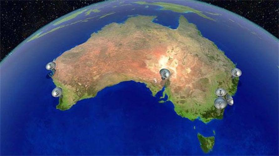 """Australian pitää korjata säännöllisesti paikallisten ja gps-koordinaattien epäsuhtaa, koska manner lipuu pohjoiseen seitsemän senttiä vuodessa. Kuvaan on merkitty radioteleskoopit, joiden avulla mantereelta on pidetty yhteyttä avaruuteen ja satelliitteihin. Kuva: <span class=""""photographer"""">Nasa</span>"""