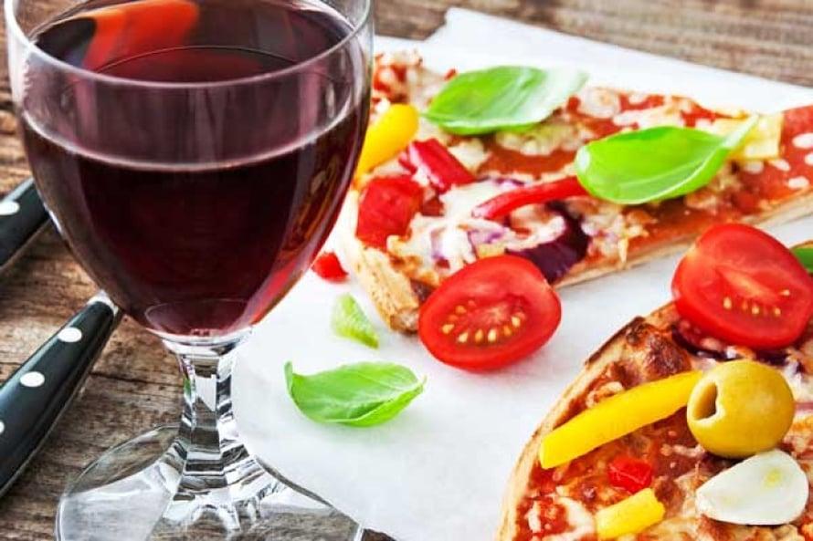 Vielä tuntemattomasta  syystä alkoholi korjaa  veren rasva-arvoja  paremmin palanpainikkeena kuin  erikseen siemailtuna. Kuva Shutterstock