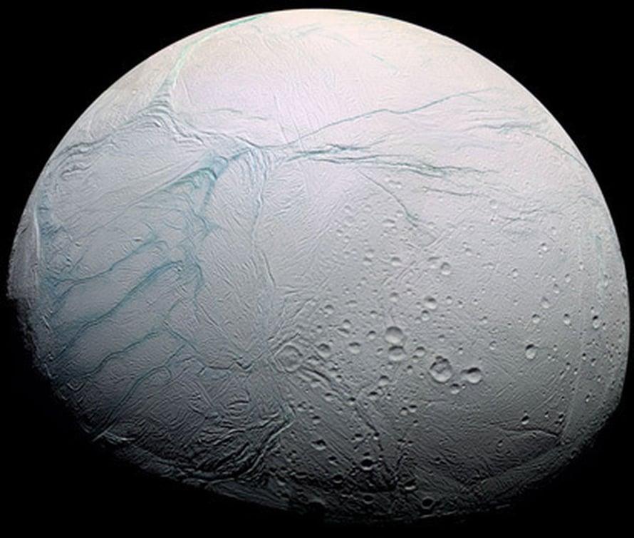 """Cassinin kuvassa Enceladuksen tiikerijuovat on väritetty sinisellä. Kuva: <span class=""""photographer"""">Cassini Imaging Team, SSI, JPL, ESA, NASA</span>"""