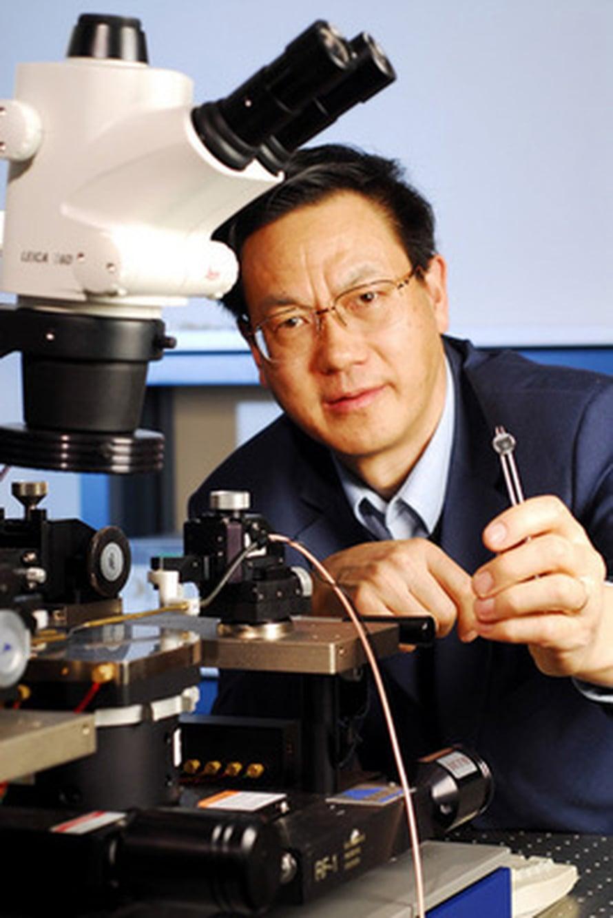 "Zhong Lin Wangin kädessä nanogeneraattori. Kuva: <span class=""photographer"">Georgia Tech Photo Gary Meek</span>"