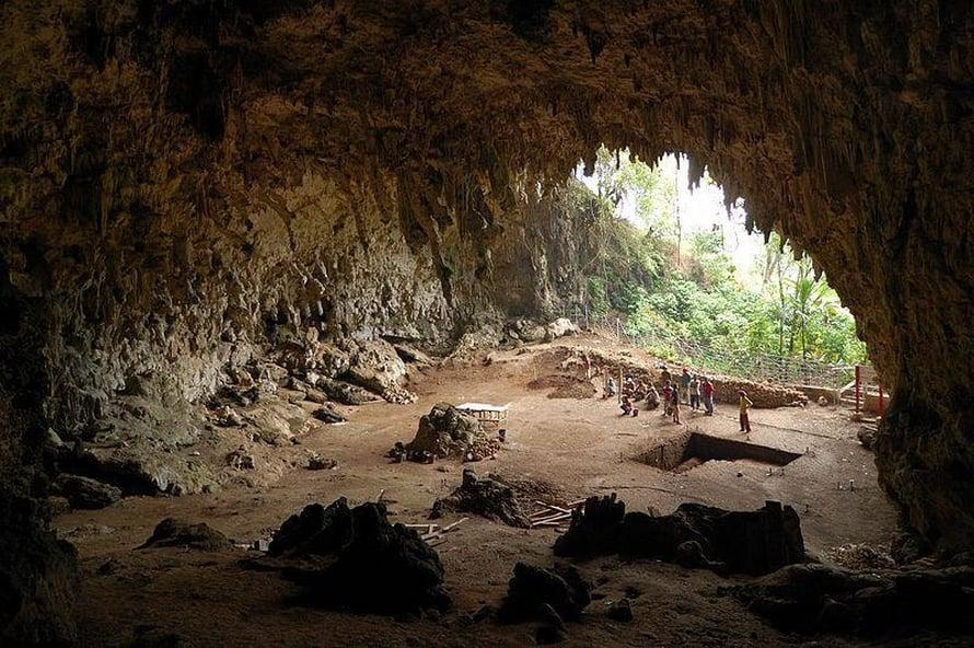 """Floresinihmisen jäänteet löytyivät Liang Buan luolasta, joka on Indonesiaan kuuluvalla Floresin saarella. Kuva: <span class=""""photographer"""">Rosino/Wikimedia Commons</span>"""