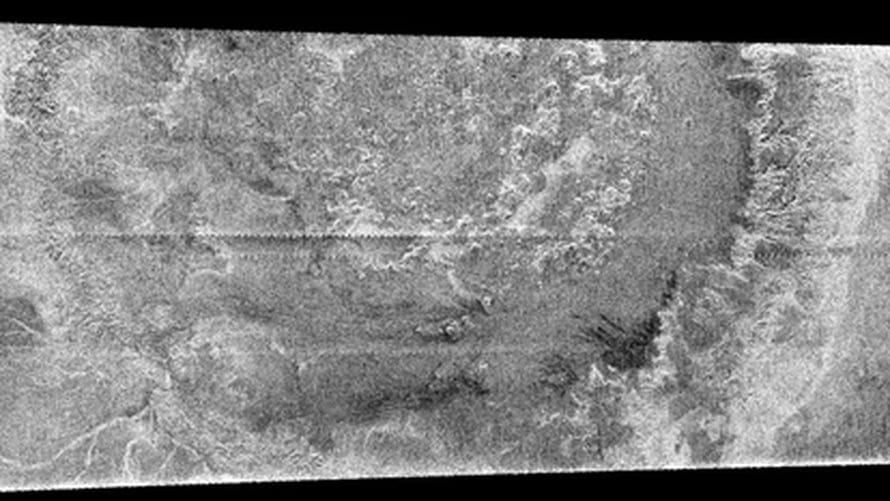 Titanin 450 kilometrinen kraatteri. Sahalaitaiset juovat paljastavat tutkakuvien yhdistämiskohdat. NASA/JPL