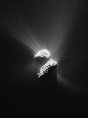 """Rosetta-luotaimen kuvassa näkyy 67P/Churyumov-Gerasimenko-komeetan kaksiosainen rakenne. Kuva: <span class=""""photographer"""">Esa</span>"""