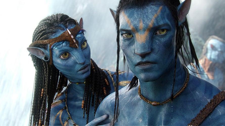 Vuonna 2009 ensi-iltansa saaneessa Avatar-elokuvassa na'vi-kansa puhui fiktiivistä kieltä, jossa niin ikään käytetään ejektiivejä.