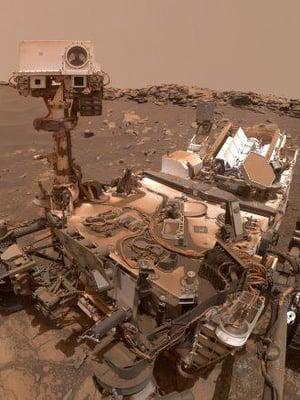 """Marsmönkijä Curiosity kuvasi itsensä lähellä harjanteen huippua 26. helmikuuta. Lähes 2 700 matkapäivää karussa ja pölyisessä Marsissa näkyy jo laitteen rungossa. Kuva: <span class=""""photographer"""">Nasa</span>"""