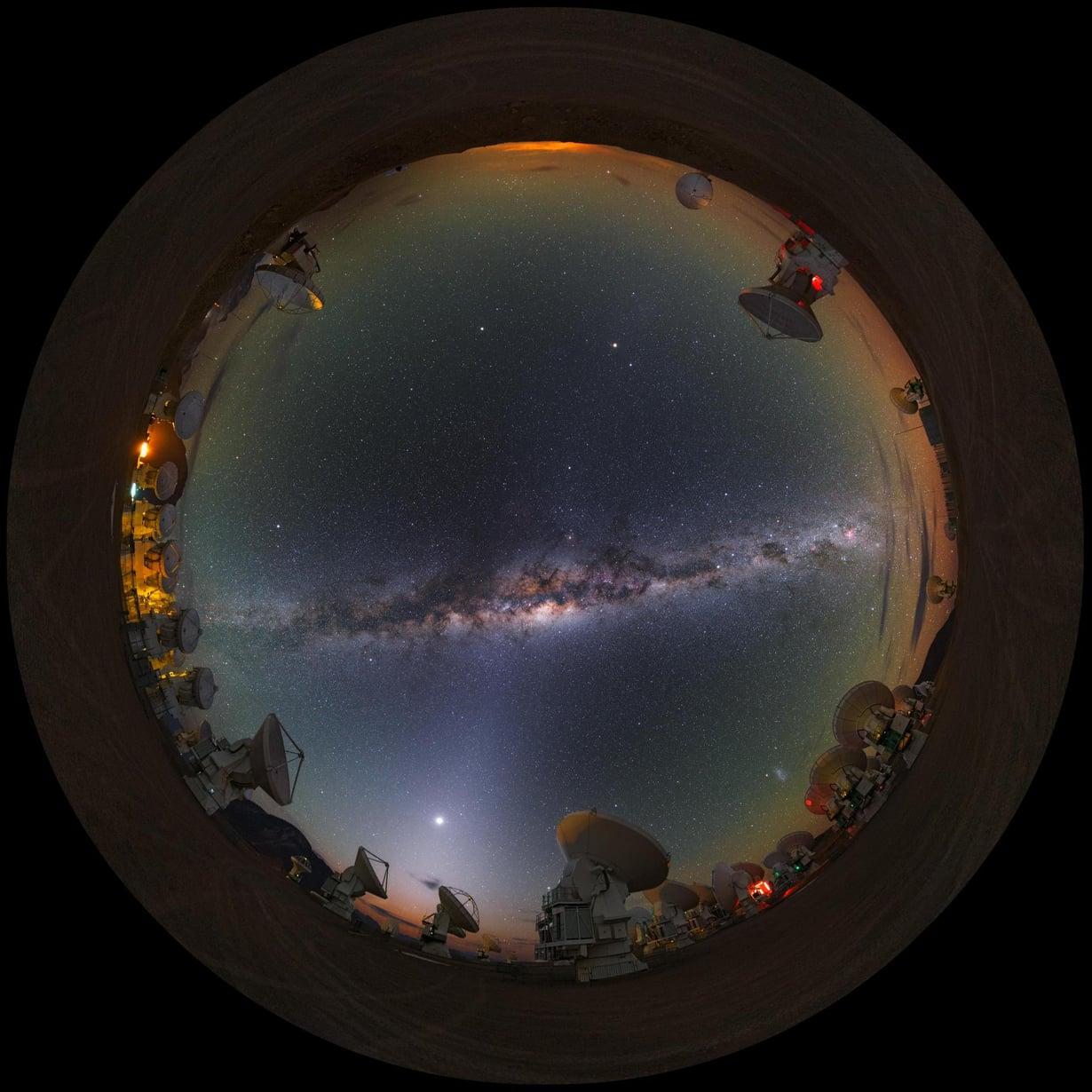 Linnunrata Atacaman autiomaahan sijoitetuilta teleskoopeilta katsottuna. Kuva: LCO/ESO