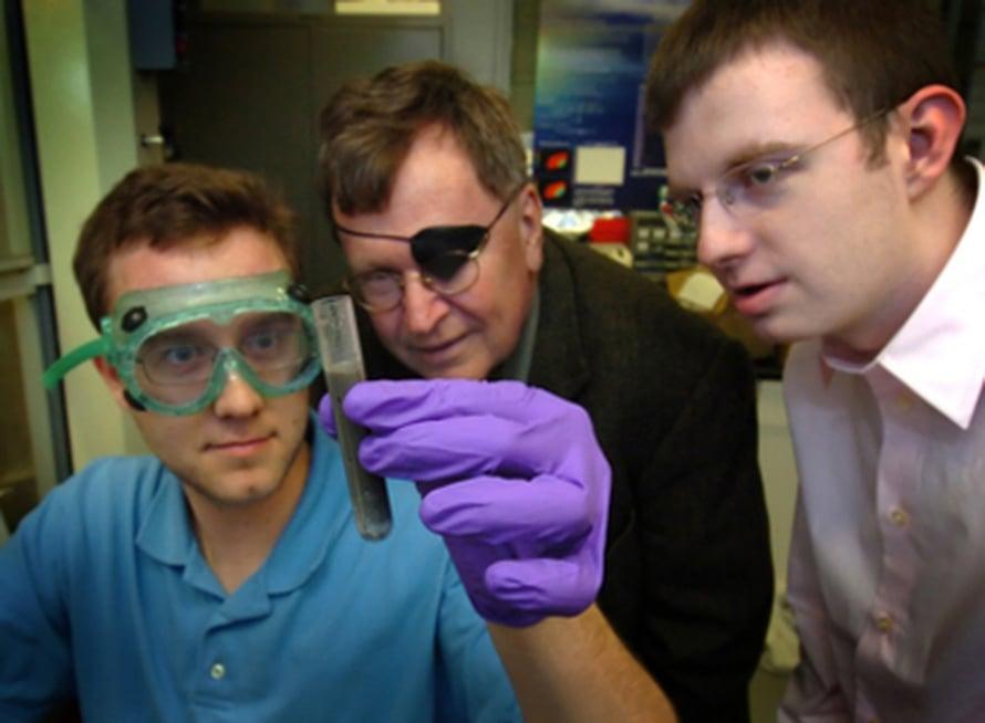 """Jerry Woodall (kesk) ja Jeffrey Ziebarth tutkivat Charles Allenin pitelemää näytettä. Kuva: <span class=""""photographer"""">Purdue News Service/David Umberger</span>"""