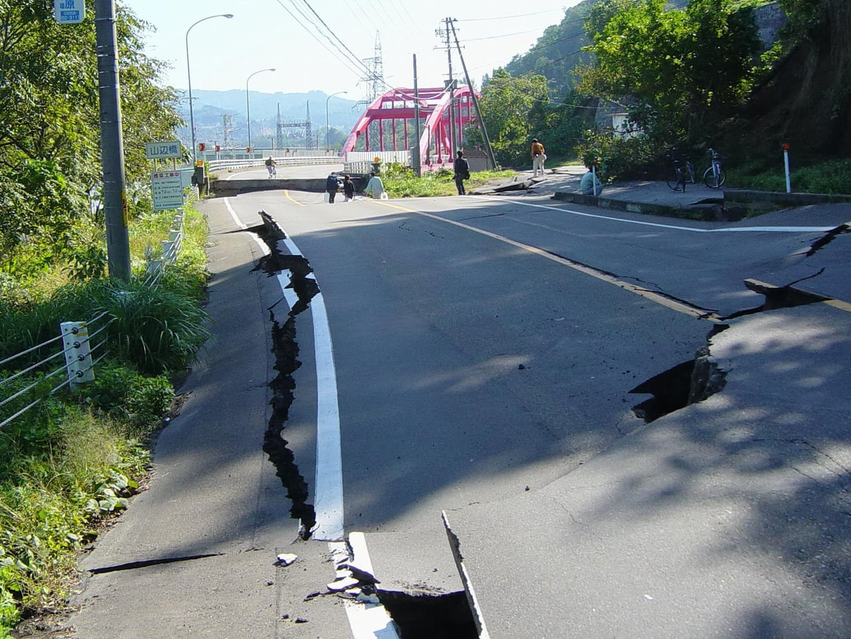 Järistys teki tuhoa 2004 Japanissa. Kuva: Wikimedia Commons