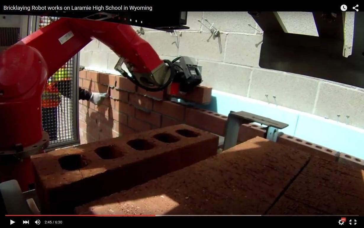 Robotti rakentaa koulun seinää. Kuva Construction Roboticsin videosta.