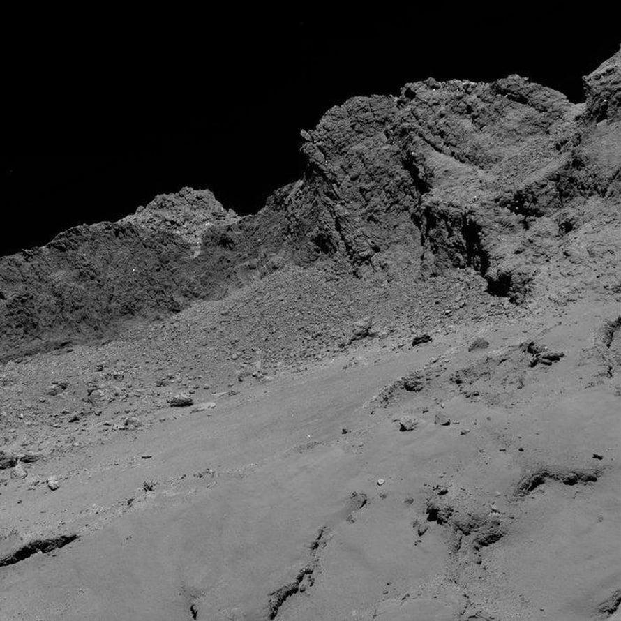 Oheisen kuvan komeetta 67P:stä otti Osiris-kamera aamuyöllä noin 16 kilometrin korkeudesta. Kuva: Esa