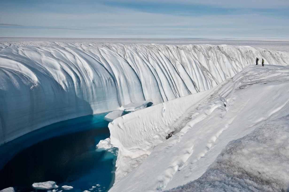 Kanjoni kuljettaa sulamisveden kohtaan, josta se pääsee valumaan jäätikön pohjalle. Kuva: Ian Joughin, University of Washington