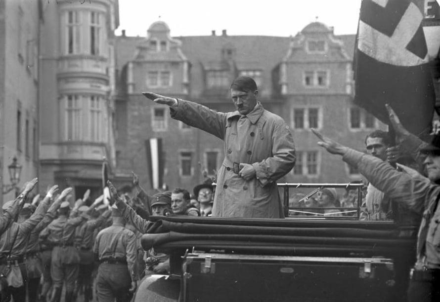 "Adolf Hitler vuonna 1930. Kuva: <span class=""photographer"">Bundesarchiv, Bild 102-10541 / Georg Pahl</span>"
