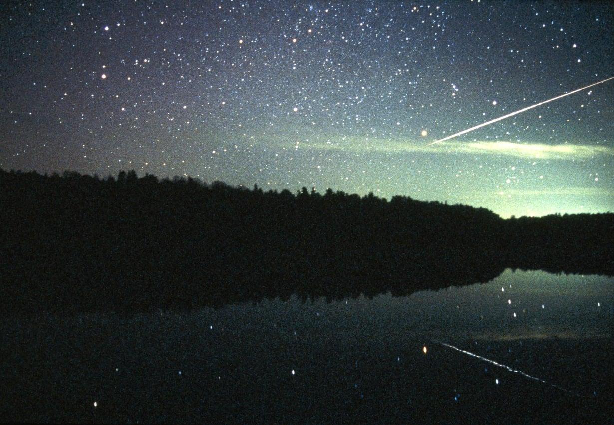 Taivaalta sataa kiviä jatkuvasti. Meteori muuttuu meteoriitiksi, kun se päätyy maahan. Tämä tähdenlento kuvattiin Suomessa. Kuva: Pekka Parviainen / Science Photo Library