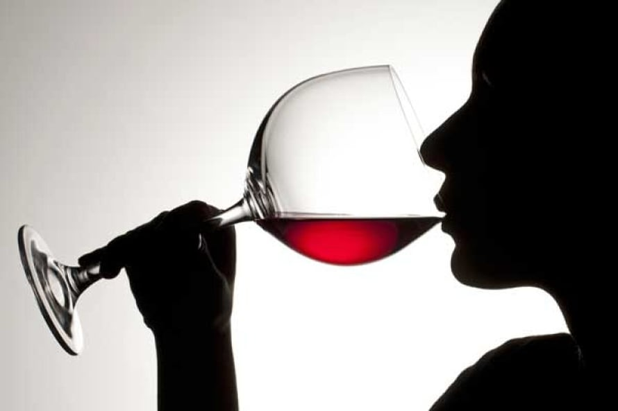 1–2,5 annosta alkoholia  vähentää merkittävästi  riskiä kuolla sydän- ja verisuonitauteihin.  1 suojaa naisia, 2–2,5 miehiä. 1 annos on 12–15 grammaa 100-prosenttista alkoholia. Sen sisältää 12 cl viiniä, 0,33 l keskiolutta tai 4 cl viinaa. Kuva Shutterstock