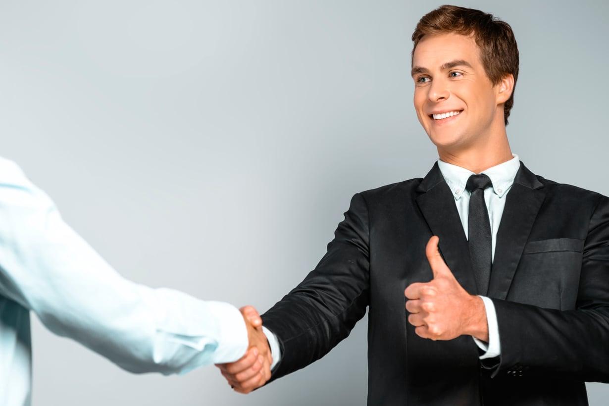 Uskotko sinä kädenpuristuksen todistusvoimaan? Moni uskoo. Tai haetko katsekontaktia? Moni hakee. Kuva: Shutterstock