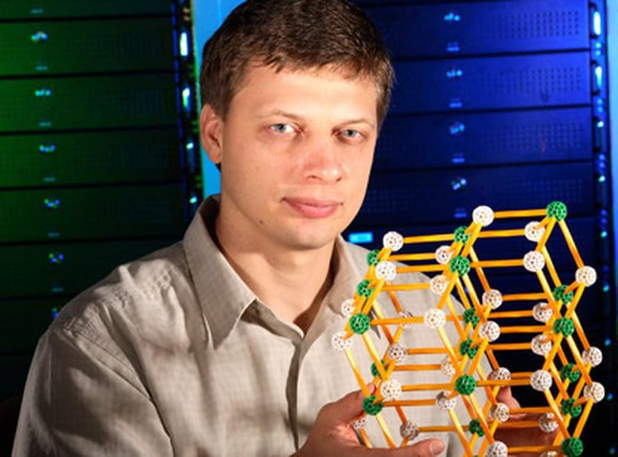 Sergey Faleev tutkii aineen rakennetta. kuva: Jeff Shaw