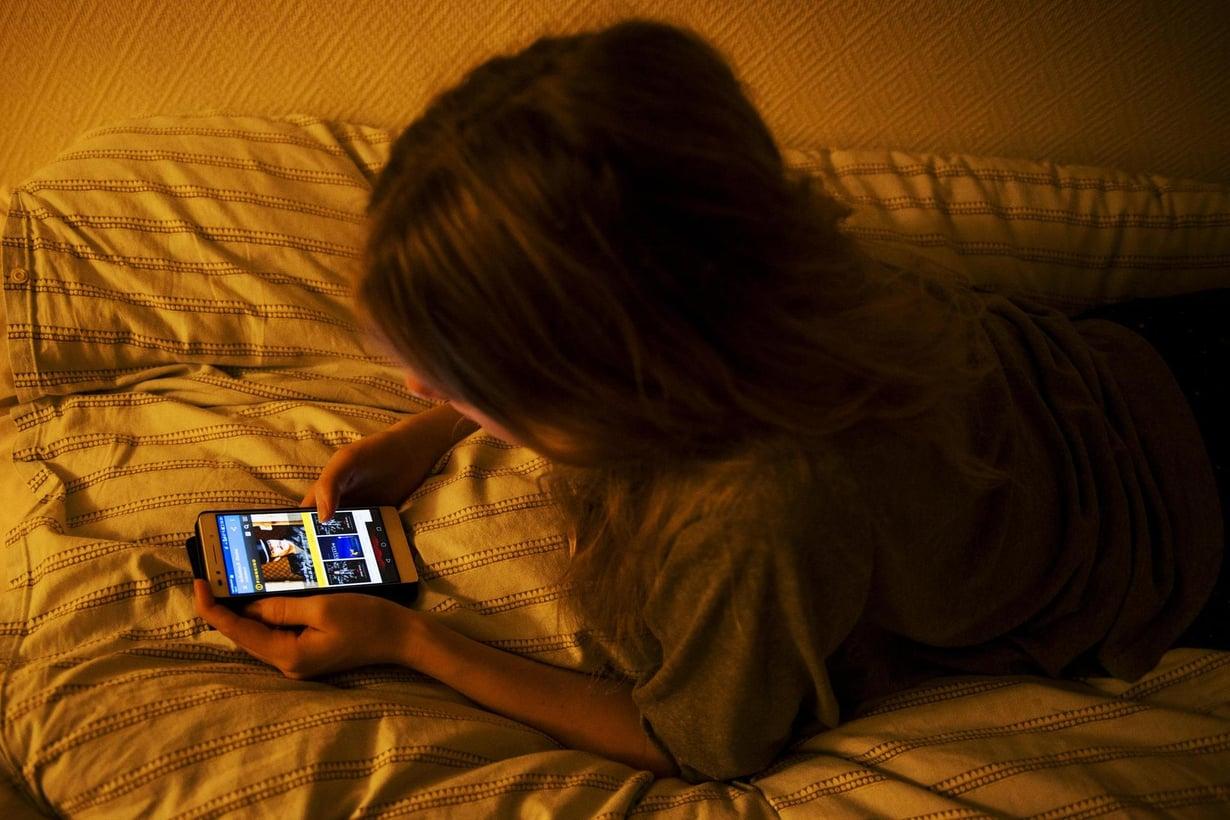 Ruudun sininen valo laskee tehokkaasti pimeähormonia ja lykkää unensaantia. Kuva: Emilia Kangasluoma