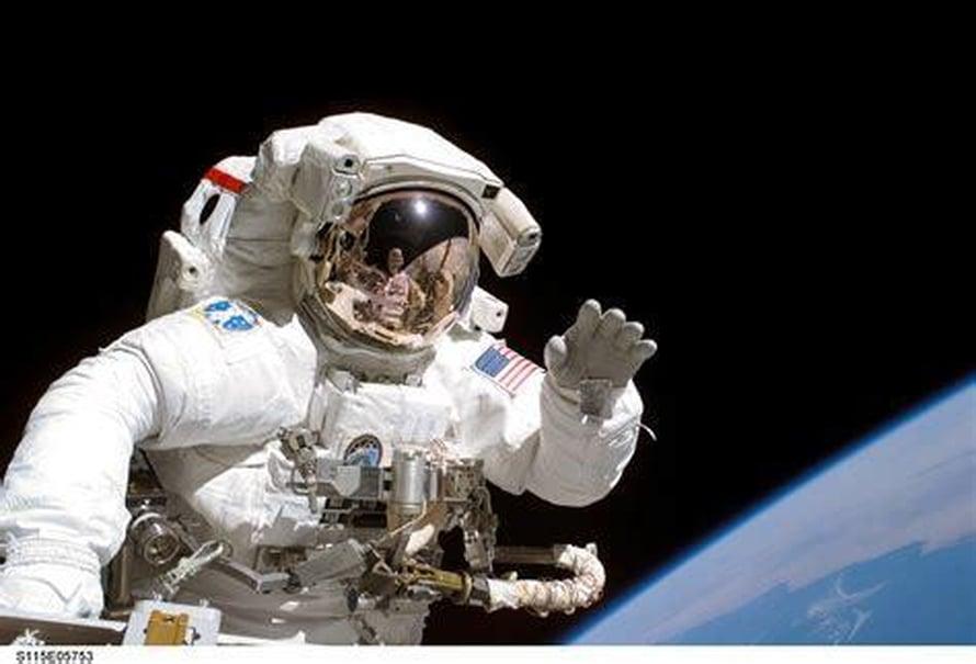 """Astronautti Joseph Tanner teki avaruuskävelyn syyskuussa 2006. Kuva: <span class=""""photographer"""">Nasa</span>"""