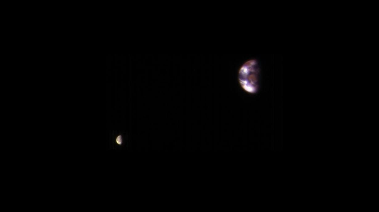 Maa ja Kuu kuvattuna teleskoopilla punaisen planeetan kiertoradalta. Kuva: Nasa