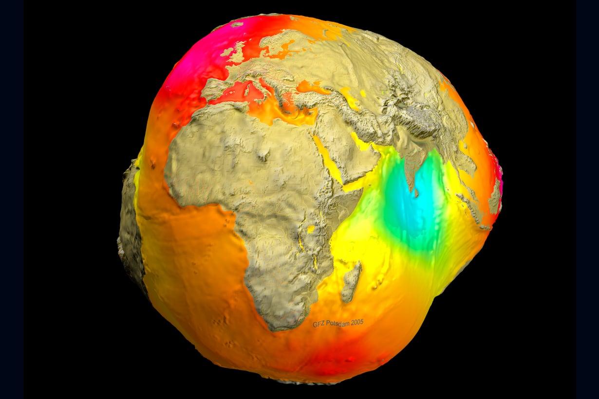 2005 Vuosituhannen alkupuolen peruna syntyi Champ- ja Grace-satelliittien tiedoista. Erotuskyvyssä se hävisi vielä selvästi vuoden 2011 geoidille. Kuva: GFZ