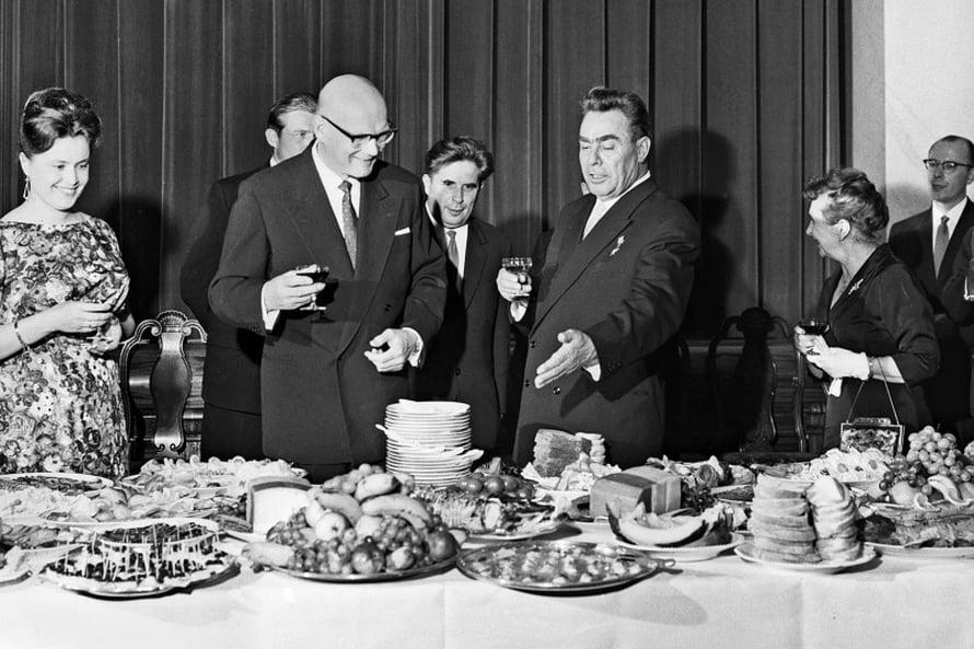 Neuvostojohtaja Leonid Brežnev tarjosi 1961 illallisen, jolla presidentti Urho Kekkosen ei tarvinnut istua kuivin suin. Kuva Lehtikuva.