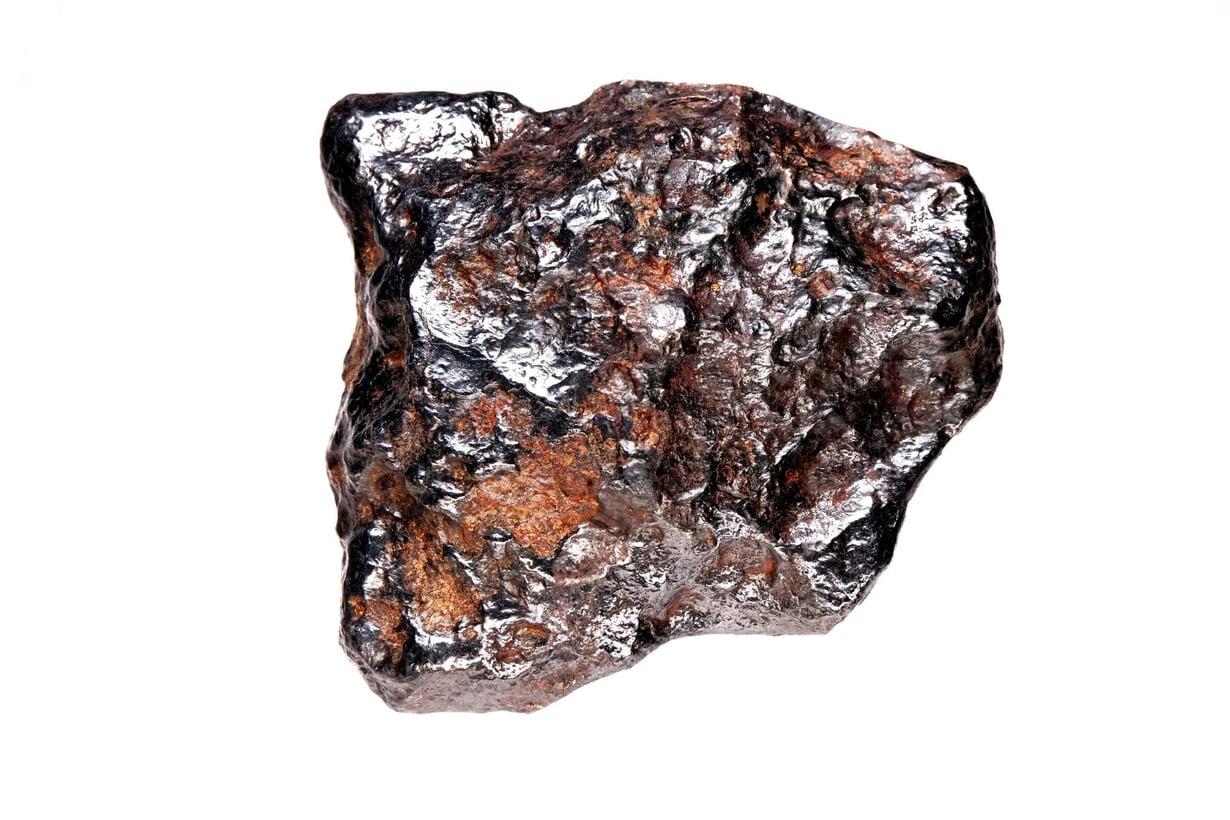 Lieksasta löytyneen meteoriitin suurin läpimitta on 6,6 senttimetriä ja se painaa 238,30 grammaa. Kuva: Kari Kinnunen / GTK