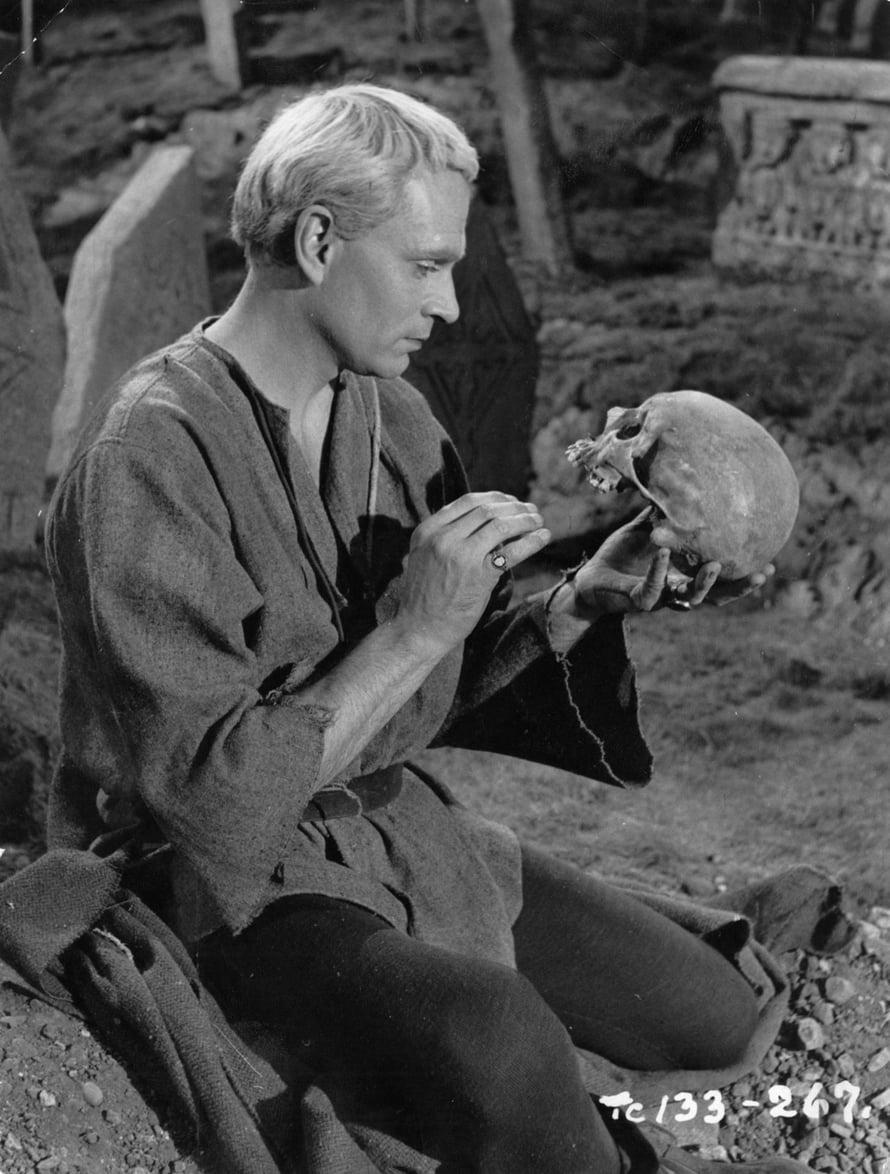 Laurence Olivier esitti Hamletia vuoden 1948 elokuvassa.
