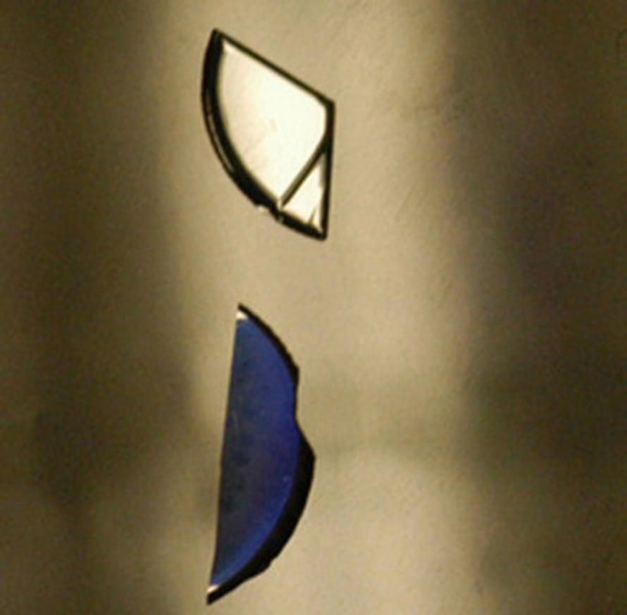 """Alumiininitridi (yllä) heijastaa valoa, uudella aineella päällystetty levy sen sijaan ei (alla). Kuva: <span class=""""photographer"""">Fred Schubert</span>"""