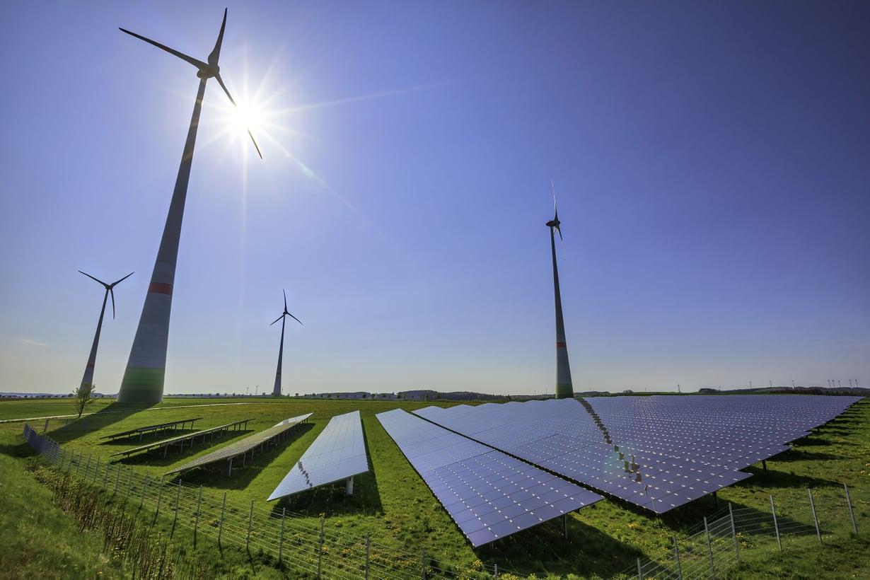 Suomessa on varaa lisätä auringon ja tuulen energiakäyttöä. Sähköstä syntyy tätä nykyä tuulivoimalla noin 5 prosenttia, aurinkovoimalla vasta 0,2. Kuva: Getty Images