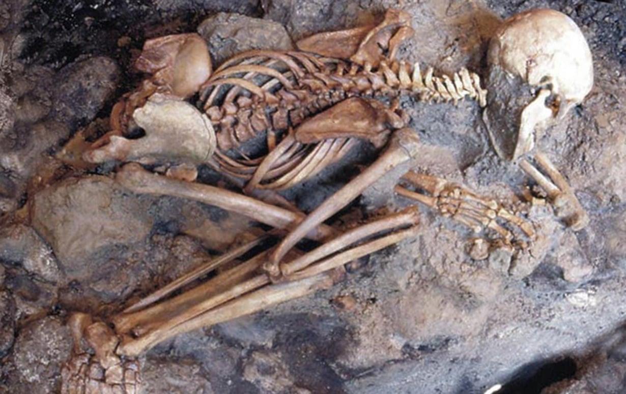 Nuoren miehen luuranko Herculaneumissa sijainneesta rakennuksesta. Kuva: Petrone et al / Plos One