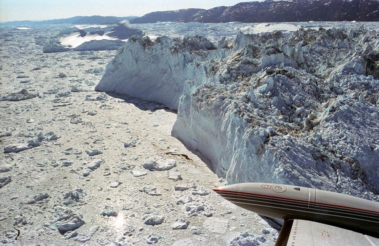 Jakbshavnin jäätiköstä lohkeilee palasia nyt hitaammin. Kuva: Wikimedia Commons