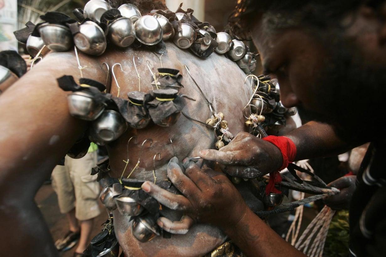 Hindupappi kiinnittää maitoa sisältäviä pieniä hopea-astioita ihoon Malesian Kuala Lumpurissa. Kuva: Samsul Said / REUTERS