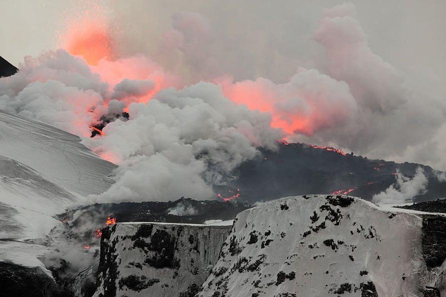 Viimevuotisen lentokiellon aiheuttanutta tuhkaa syntymässä Fimmvörðuhálsissa.