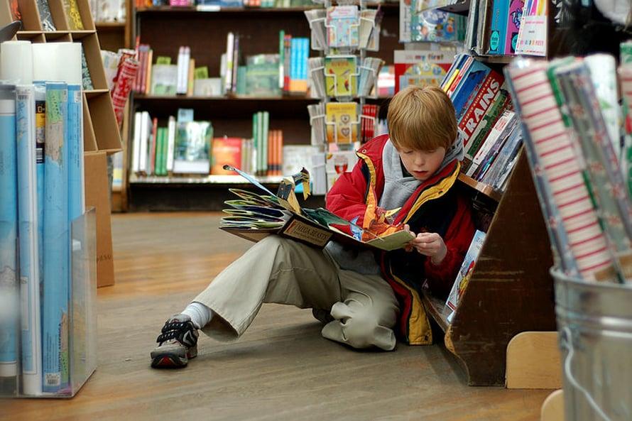Lukihäiriöisten lasten lukutaito koheni, kun kuulemista buustattiin FM-laitteella.