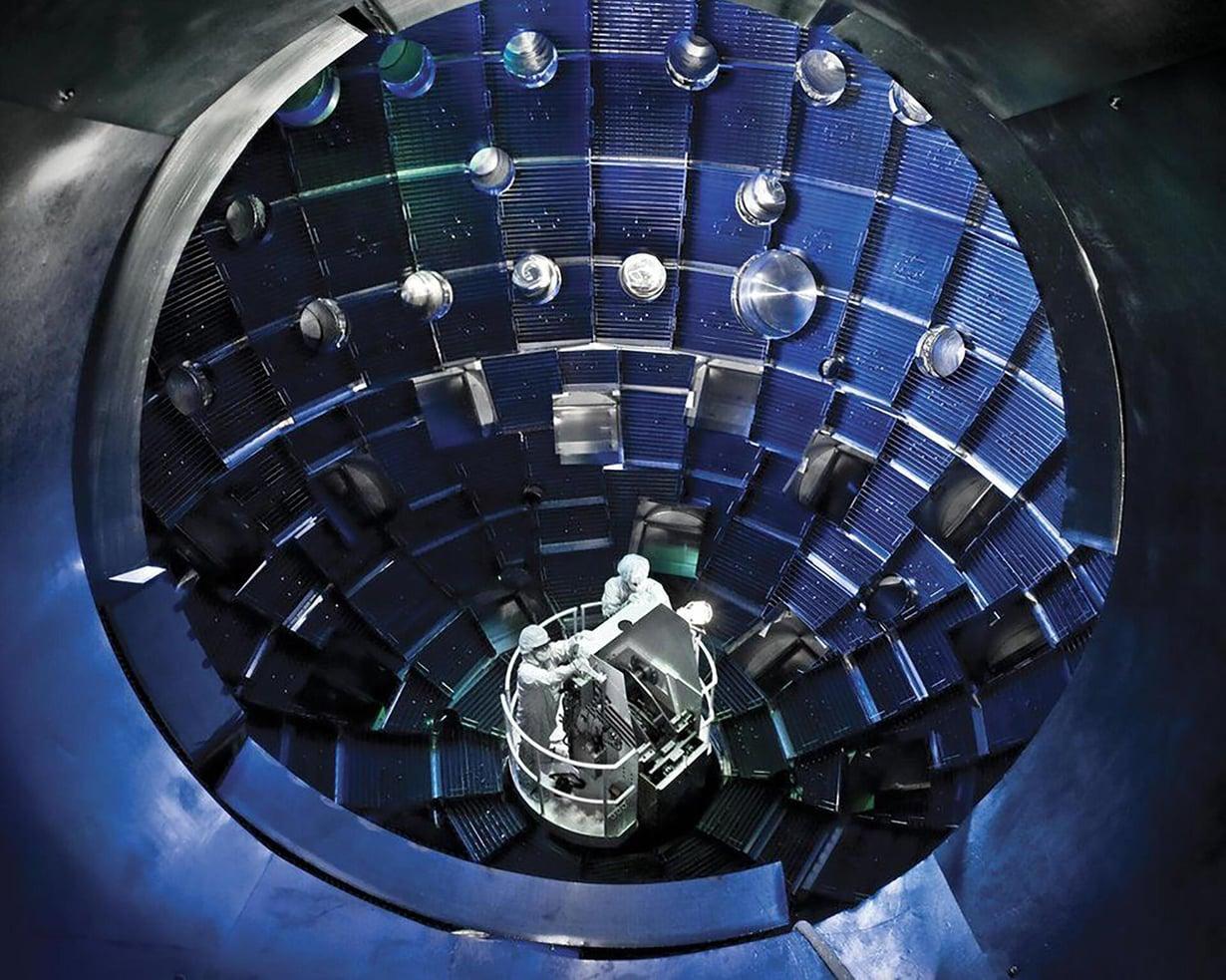 Tässä kammiossa vetypelletti tuotti laserien avulla enemmän energiaa kuin fuusiokokeissa koskaan aiemmin. Kuva: Lawrence Livermore National Laboratory